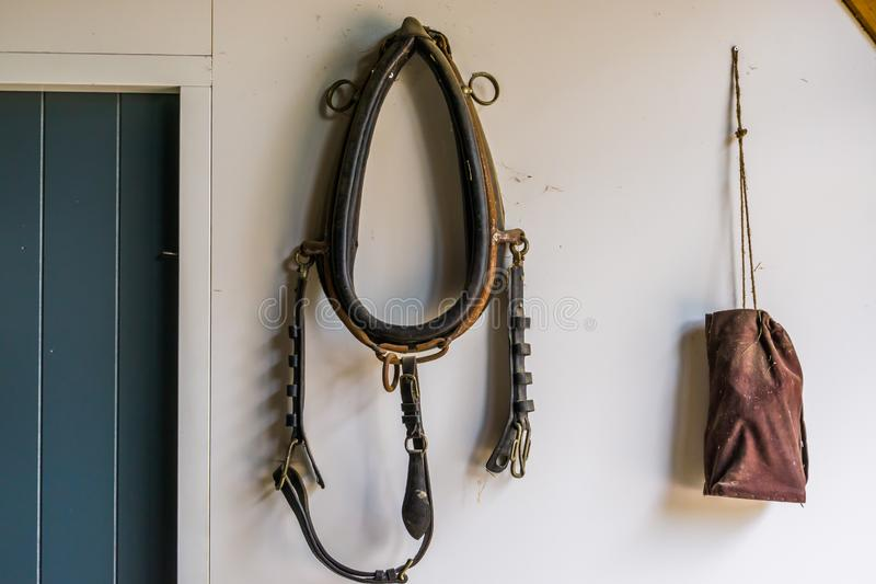 老葡萄酒马起草的衣领,犁的怀乡农场设备 库存照片