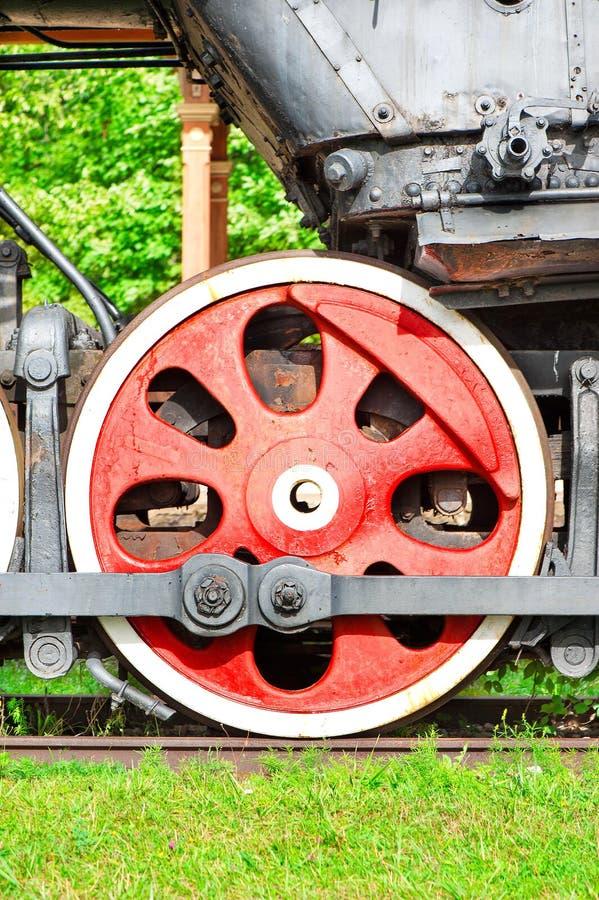 老蒸汽机车红色铁轮子  户外特写镜头 免版税库存照片