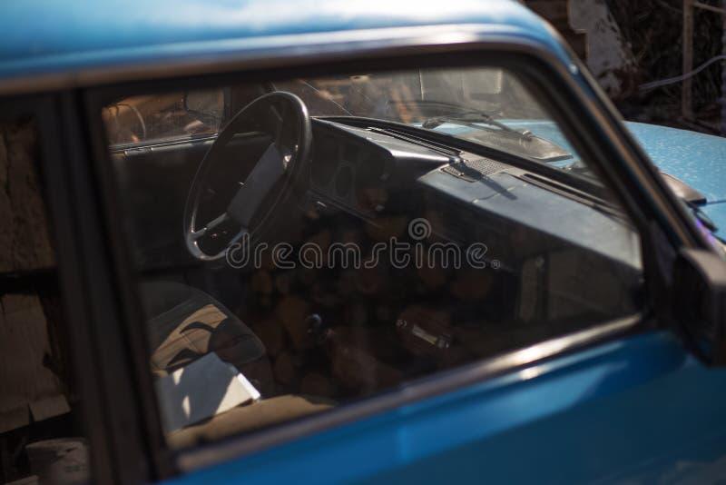 老蓝色减速火箭的汽车窗口的看法  免版税库存照片