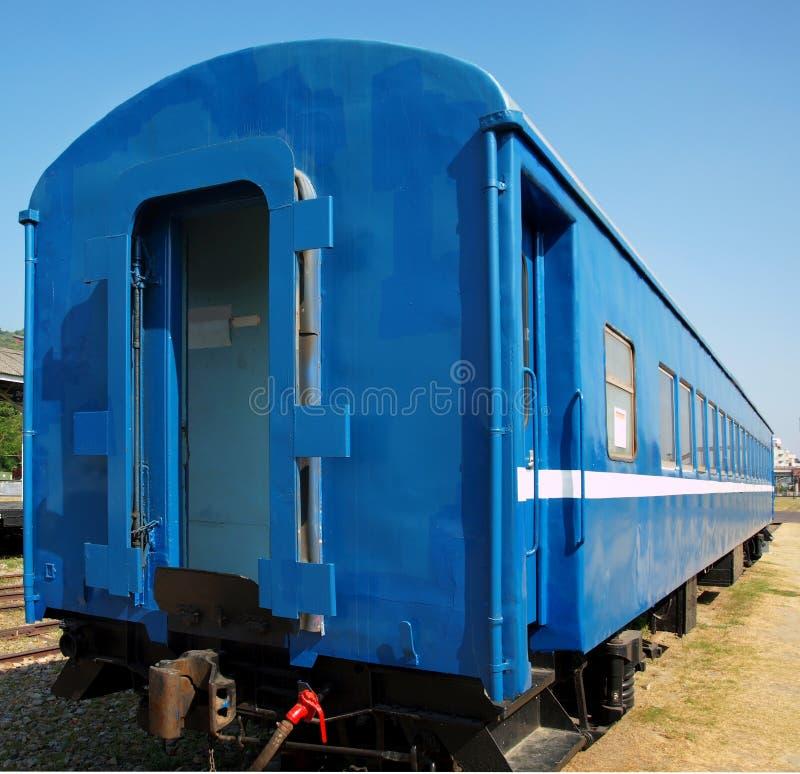 老蓝色列车车箱 库存图片