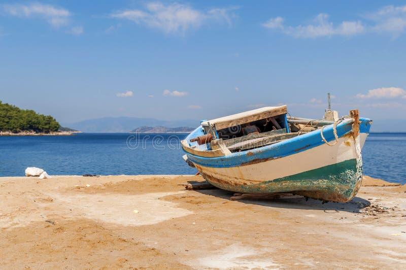 老蓝色木破旧的渔船 免版税库存照片