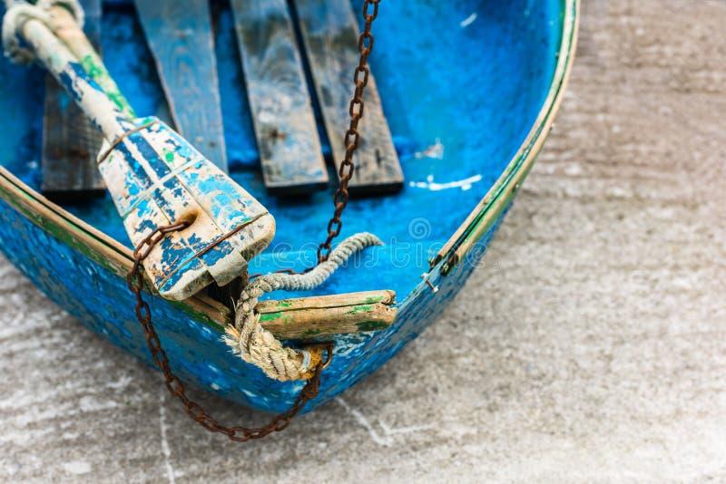 老蓝色木破旧的渔船细节 免版税库存图片