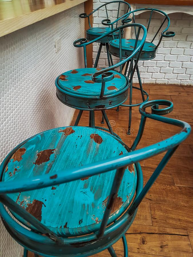 老蓝色椅子装饰咖啡馆 图库摄影
