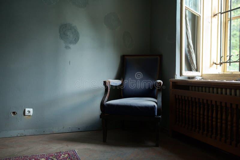 老蓝色椅子 免版税库存照片