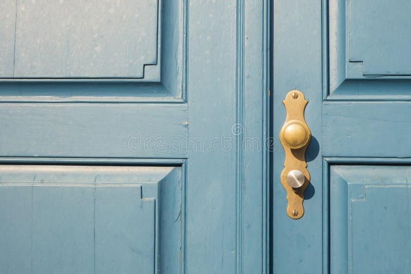 老蓝色门细节与金黄门把的在杜塞尔多夫,毒菌 免版税库存照片