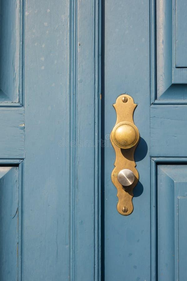 老蓝色门细节与金黄门把的在杜塞尔多夫,毒菌 图库摄影