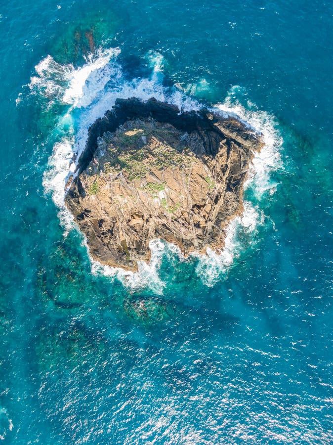 老虎山、一个被隔绝的和遥远的小岩石和部分或者阿德默勒尔蒂群岛,Howe阁下的空中寄生虫视图 免版税库存照片