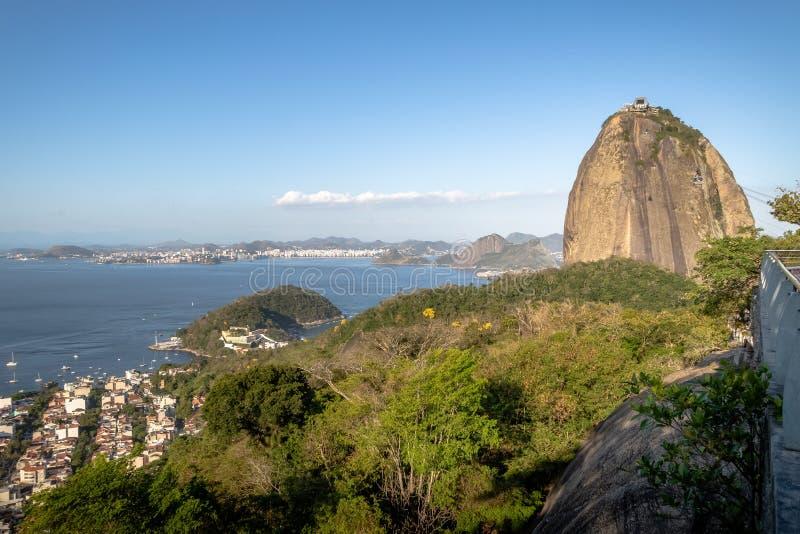 老虎山山和瓜纳巴拉湾-里约热内卢,巴西鸟瞰图从Urca小山的 库存照片