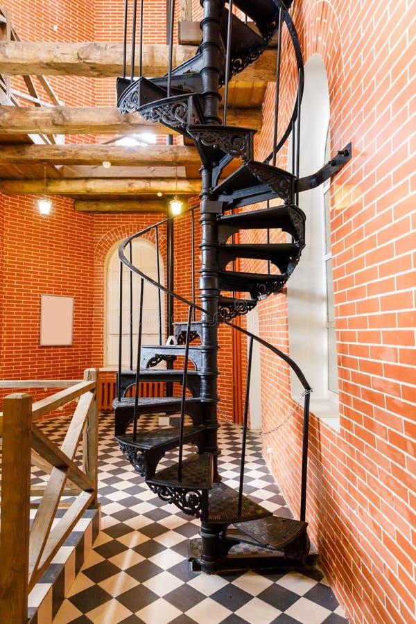 老螺旋形楼梯由在水塔的生铁制成 库存图片
