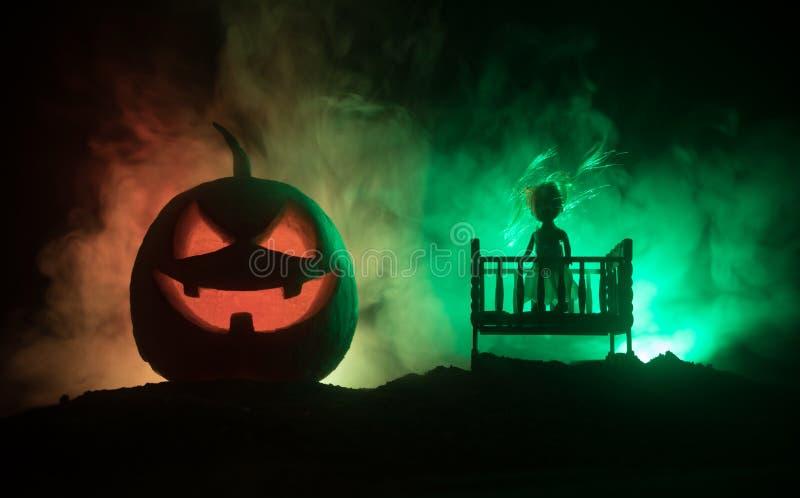 老蠕动的令人毛骨悚然的木婴孩小儿床在黑暗的被定调子的有雾的背景中 恐怖概念 在黑暗的可怕婴孩和床剪影 r 免版税图库摄影
