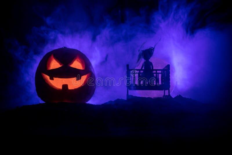 老蠕动的令人毛骨悚然的木婴孩小儿床在黑暗的被定调子的有雾的背景中 恐怖概念 在黑暗的可怕婴孩和床剪影 r 图库摄影
