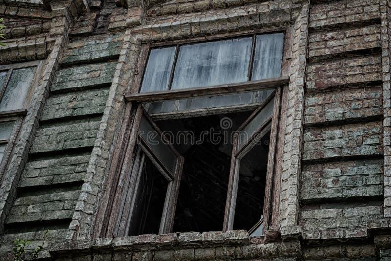 老蠕动的被放弃的可怕房子的窗口在哪些生活中鬼魂和谋杀 库存照片