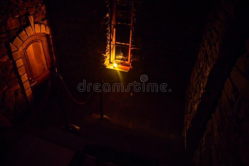 老蠕动的被放弃的豪宅的里面 楼梯和柱廊 对地下室的黑暗的城堡台阶 鬼的土牢石头台阶i 免版税库存图片