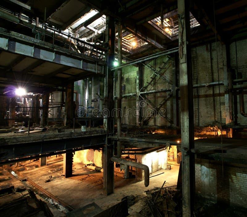 老蠕动,黑暗,腐朽,破坏性,肮脏的工厂 免版税库存照片