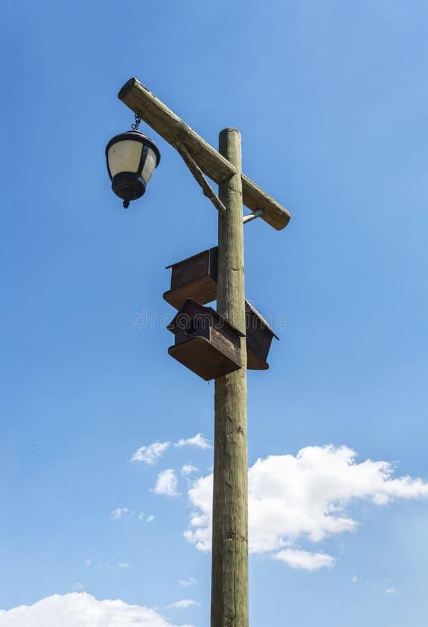 老街灯和鸟房子 库存图片