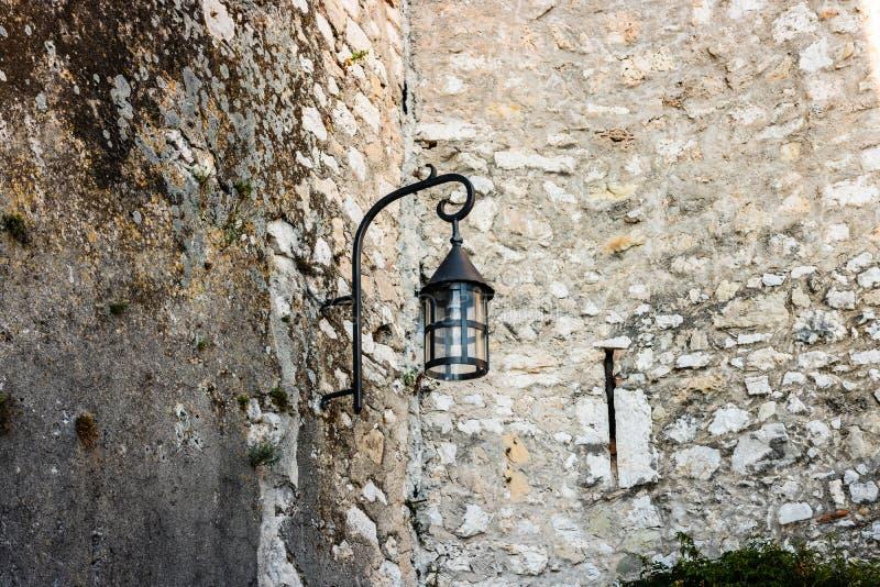 老街灯在埃兹,法国中世纪村庄  库存图片