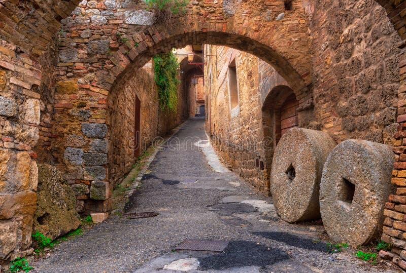 老街道在圣吉米尼亚诺,托斯卡纳,意大利 免版税库存图片