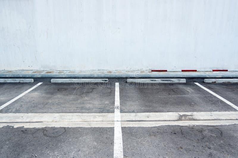 老表面和白色绘了停放的槽孔线的标志 库存图片