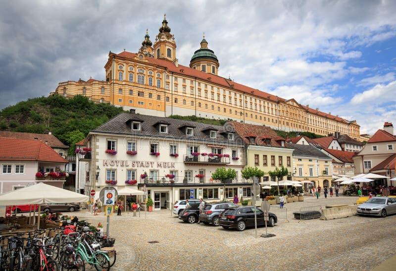 老被修补的正方形 Melk修道院的看法 下奥地利州,欧洲 免版税库存照片
