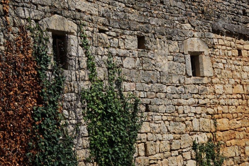 老被关闭的窗口和古老石制品 免版税库存照片