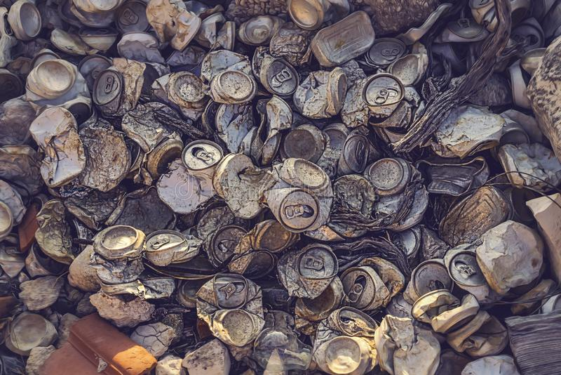 老被击碎的铝罐堆  免版税库存照片
