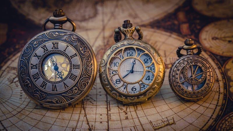 老被刻记的金属手表项链 免版税库存图片