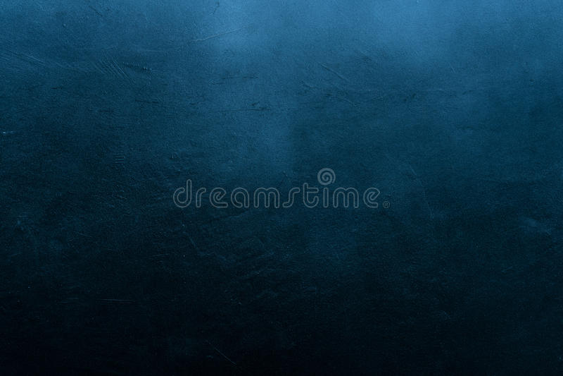老被抓的和破裂的被绘的深蓝墙壁 免版税库存照片
