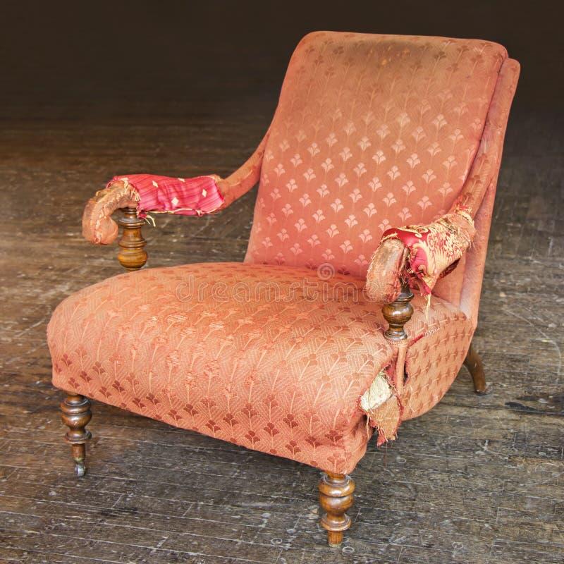 老被撕碎的红色扶手椅子 图库摄影