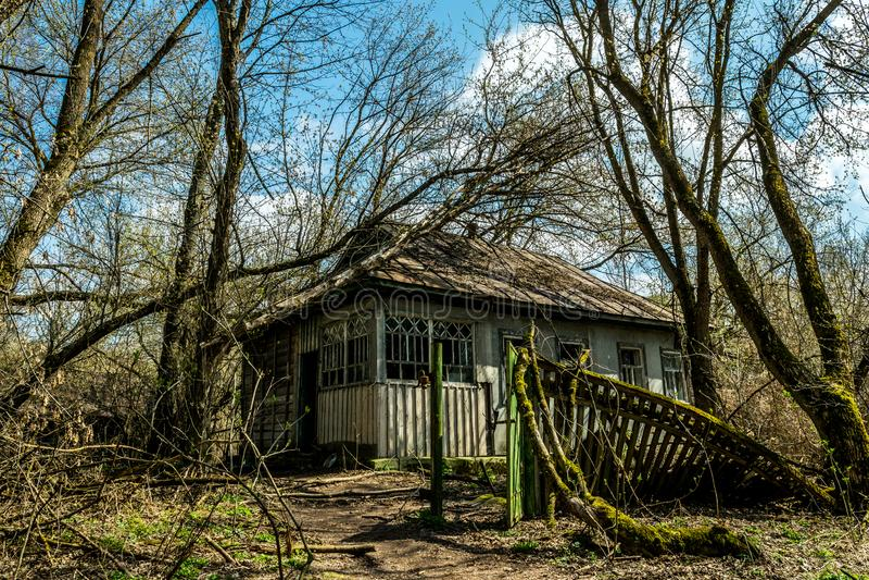 老被放弃的乡间别墅在禁区 切尔诺贝利核事故的后果 免版税库存照片
