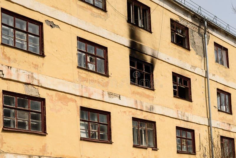 老被放弃的公寓为爆破准备 免版税库存照片