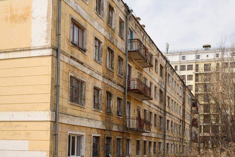 老被放弃的公寓为爆破准备 库存照片