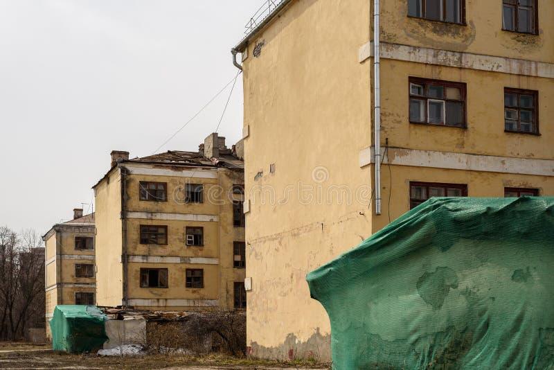 老被放弃的公寓为爆破准备 免版税库存图片