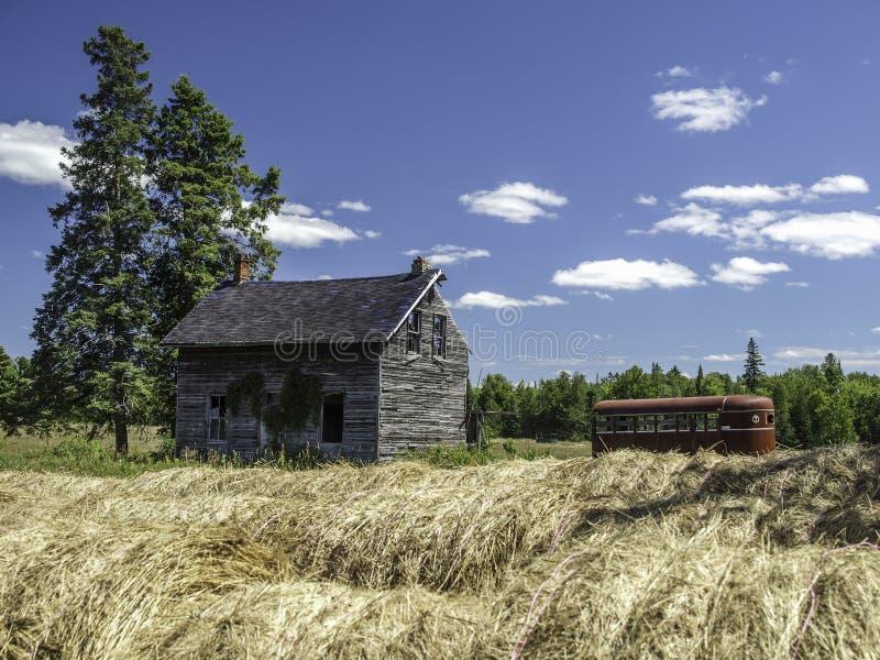 老被放弃的农厂房子 图库摄影