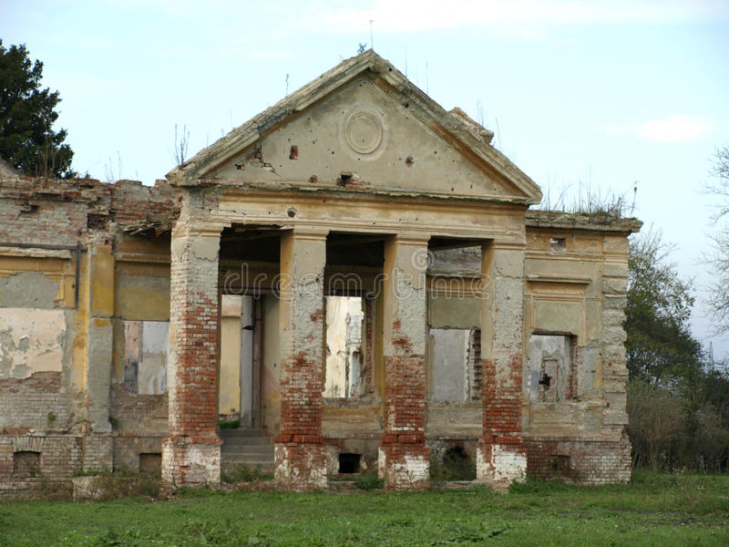 老被放弃的城堡 免版税库存图片