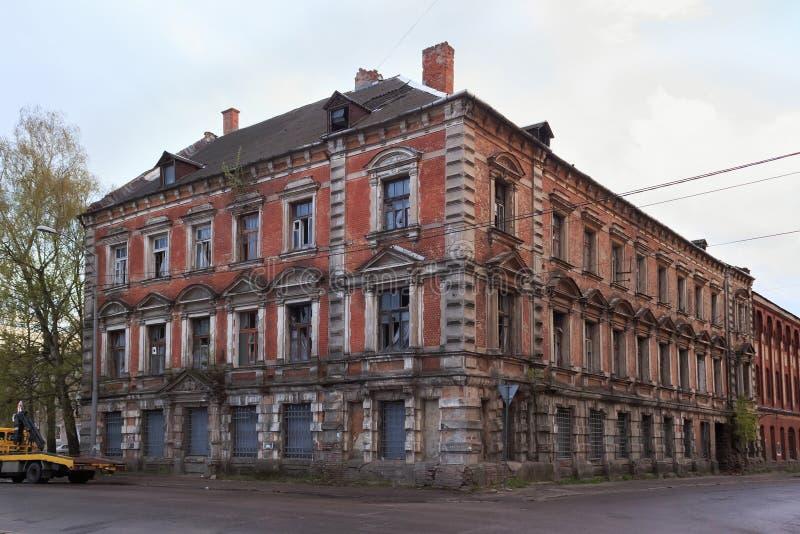 老被放弃的大厦的看法在加里宁格勒前德国镇Konigsberg的中心 免版税库存图片