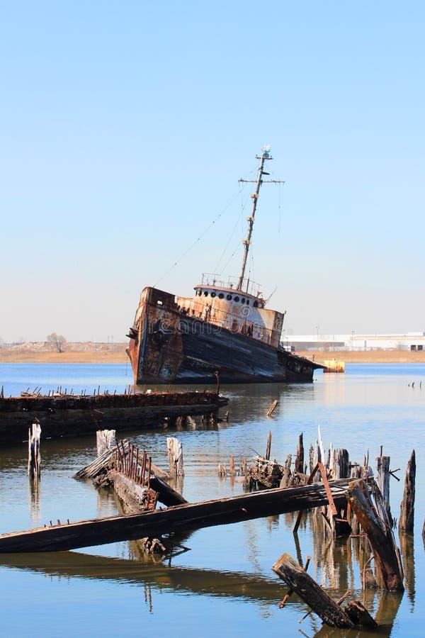 老被放弃的小船 免版税库存照片