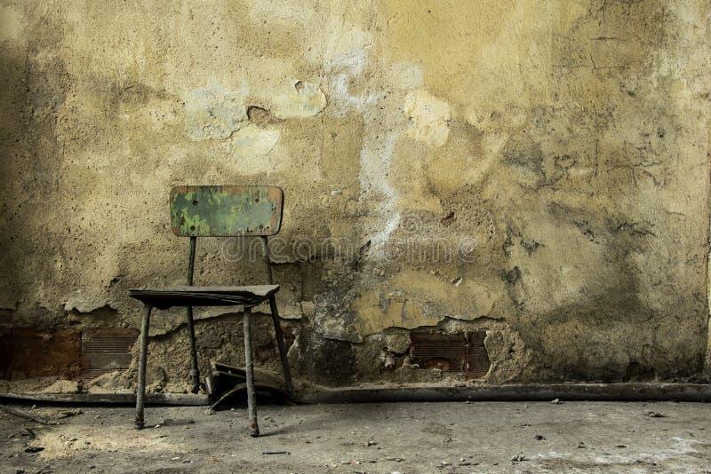 老被放弃的工厂厂房,老木椅子 免版税图库摄影