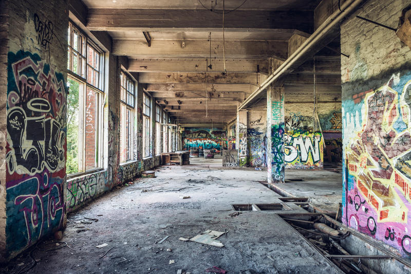老被放弃的工厂大厅 免版税库存图片