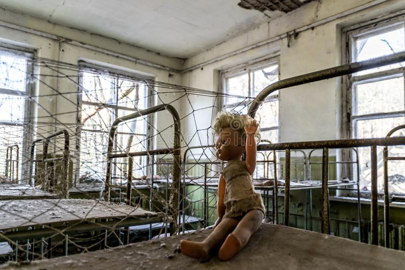 老被放弃的幼儿园在切尔诺贝利核事故的禁区 被放弃的玩具和被毁坏的老大厦 库存图片