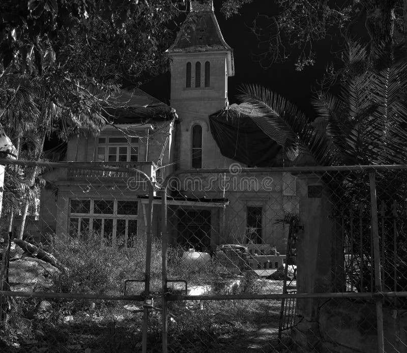 老被放弃的房子晚上 免版税库存照片