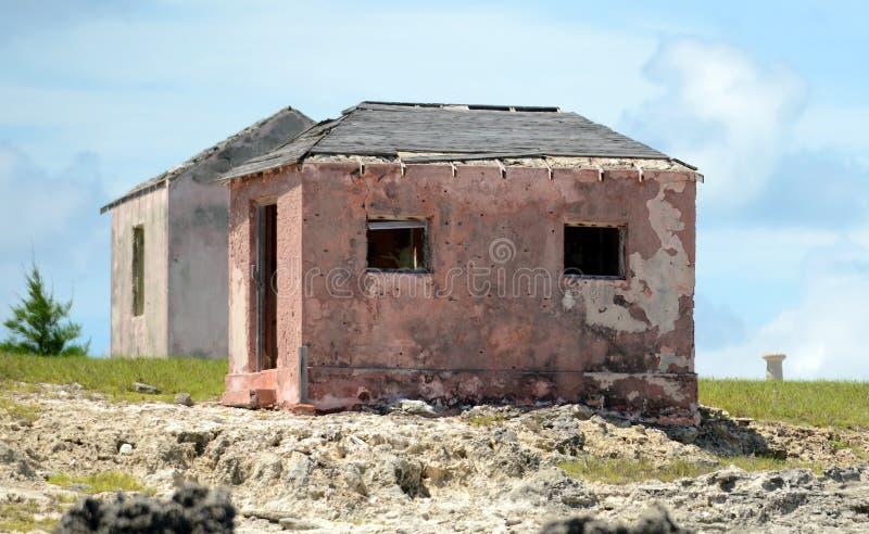 老被放弃的房子临近在baha的伟大的以撒岩礁灯塔 图库摄影
