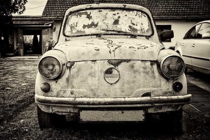 老被放弃的汽车菲亚特Zastava 750 图库摄影