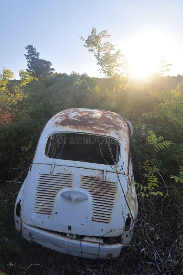 老被放弃的生锈的汽车 库存照片
