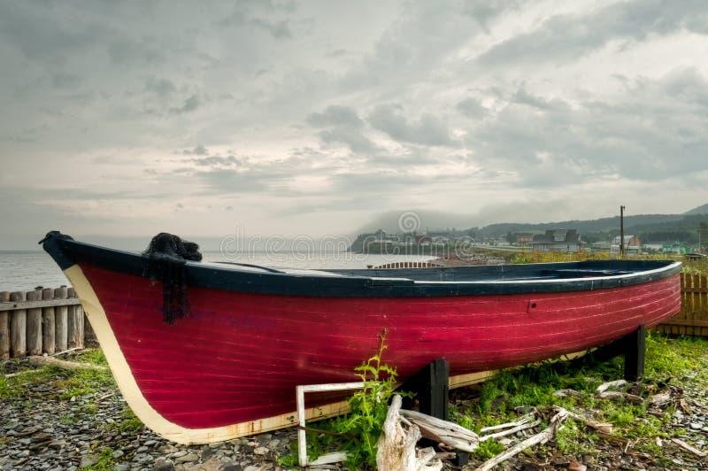 老被放弃的红色小船 库存照片