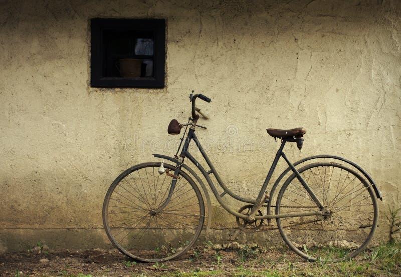 老被放弃的自行车 库存图片