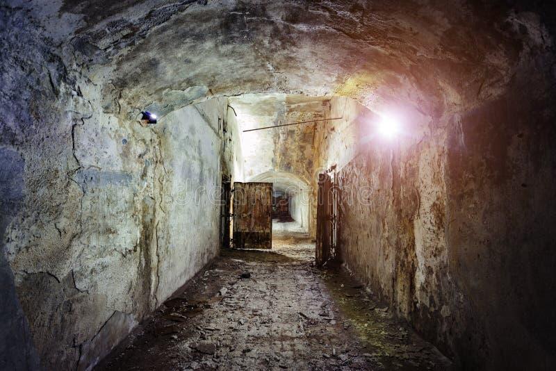 老被放弃的被忘记的苏维埃地下地堡黑暗和蠕动的走廊  免版税库存图片