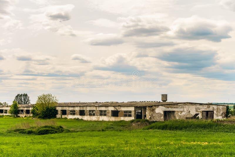 老被放弃的被毁坏的农业大厦 免版税库存照片