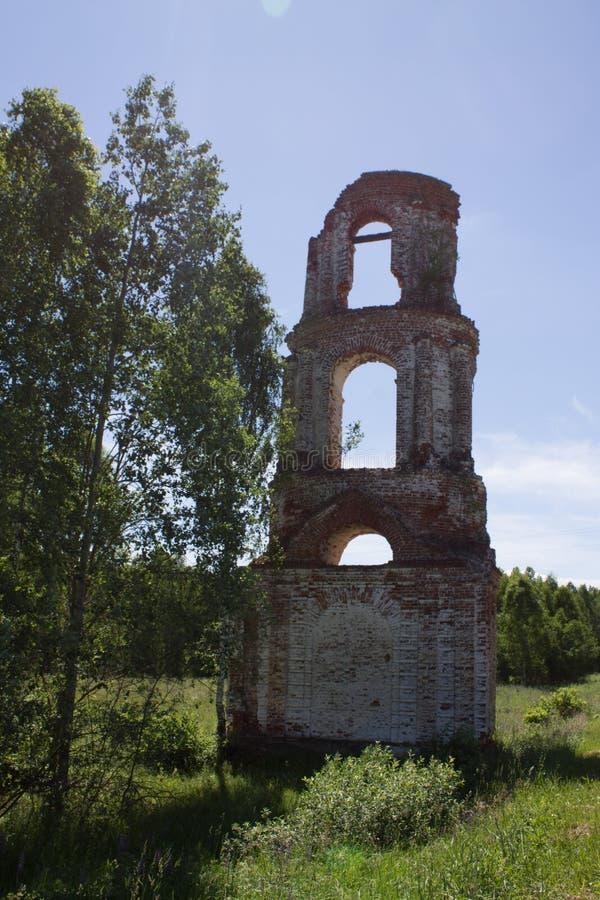 老被放弃的被破坏的教会在俄罗斯在一个晴朗的夏日 免版税库存图片