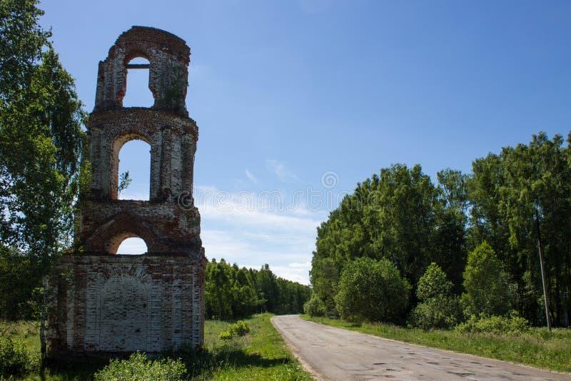 老被放弃的被破坏的教会在俄罗斯在一个晴朗的夏日 图库摄影