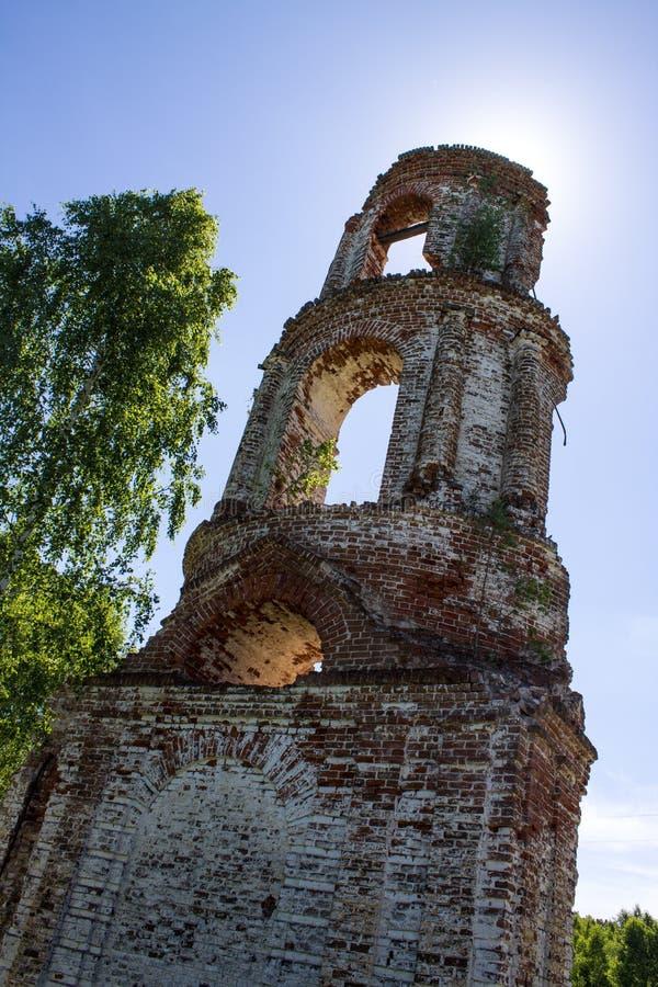 老被放弃的被破坏的教会在俄罗斯在一个晴朗的夏日 库存照片